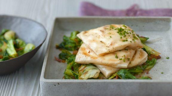 Rezept: Käse-Strudelpäckchen mit gedünstetem Salat