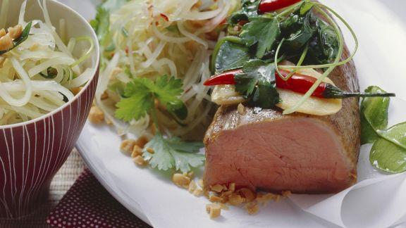 "Rezept: Kalbsfilet ""en papilotte"" mit Salat aus grüner Papaya und Erdnüssen"