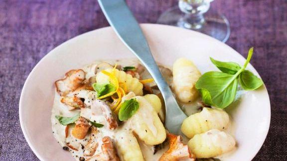 Rezept: Kalbsfilet in Speckhülle mit Pfifferlingen und Broccoli