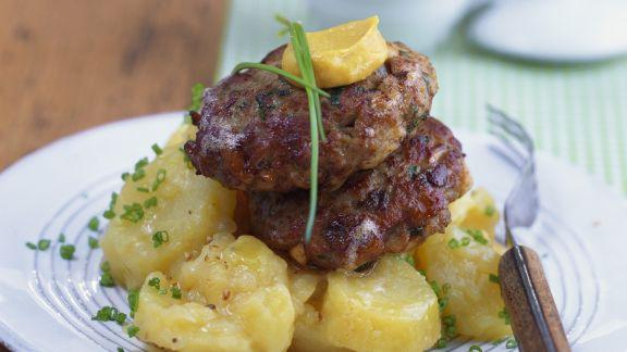 Rezept: Kalbsfleischfrikadellen mit Kartoffelsalat auf bayerische Art