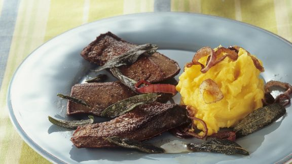 Rezept: Kalbsleber mit Salbei, Zwiebeln und Safran-Kartoffelbrei