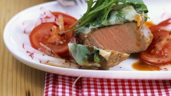 Rezept: Kalbslende mit Rucolahaube und Radieschen-Tomaten-Salat