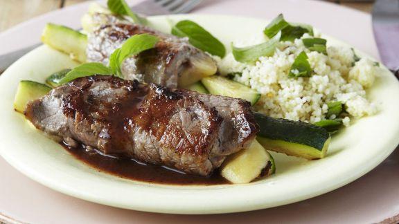 Rezept: Kalbsröllchen mit Zucchini und Couscous