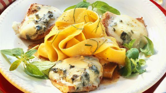 Rezept: Kalbsschnitzel mit Gorgonzolahaube und Nudeln