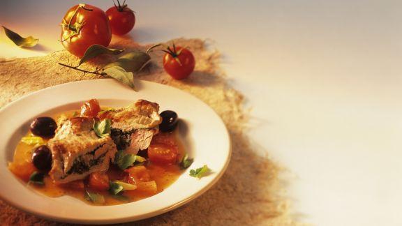 Rezept: Kalbsschnitzel mit Oliven gefüllt, dazu Tomatensoße