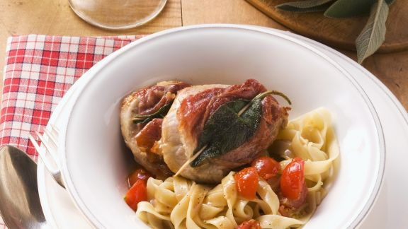 Rezept: Kalbsschnitzel mit Speck und Salbei (Saltimbocca) dazu Bandnudeln