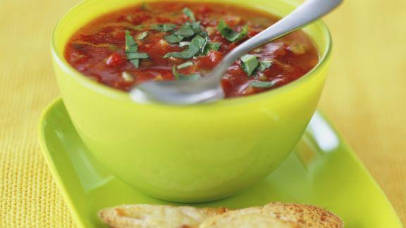 Rezept: Kalte Gemüsesuppe mit Käse-Röstbrot