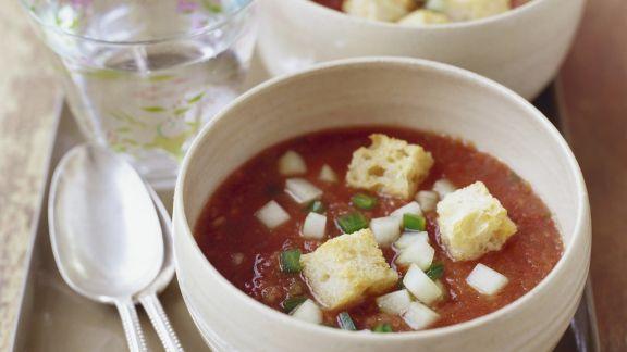 Rezept: Kalte spanische Gemüsesuppe mit Croutons (Gazpacho)