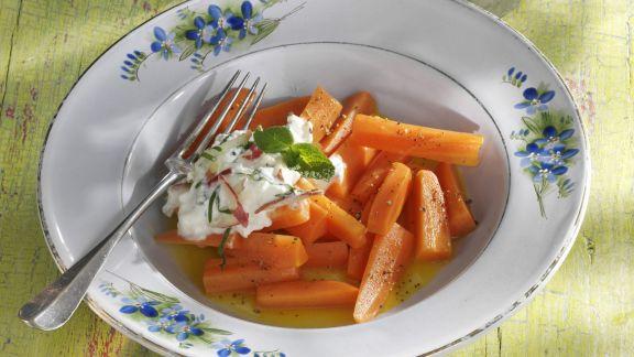 Rezept: Karamellisierte Karotten mit Minz-Apfel-Dip