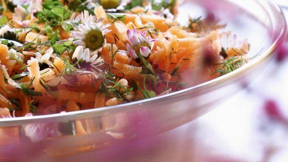 Rezept: Karottensalat mit Gänseblümchen