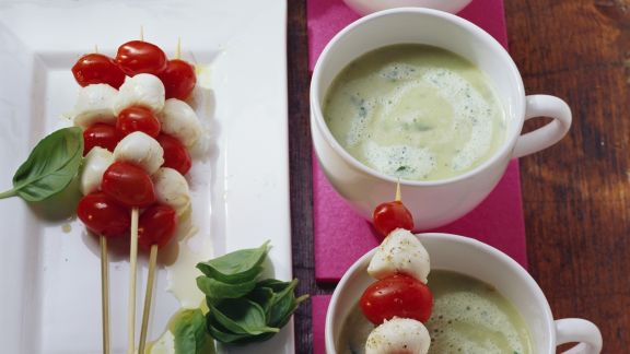 Rezept: Kartoffel-Basilikum-Suppe mit Mini Tomaten-Mozzarella-Spieß