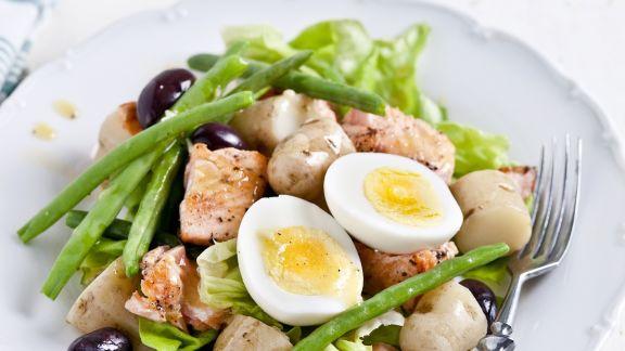 Rezept: Kartoffel-Bohnen-Salat mit Lachs, Ei und Oliven