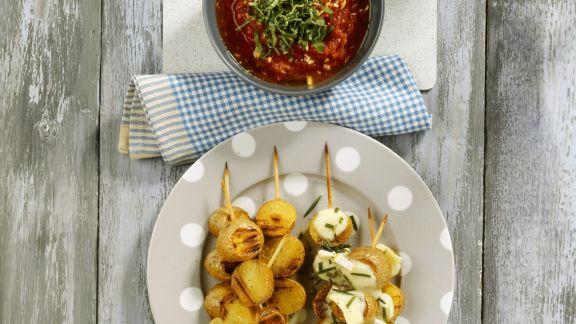 Rezept: Kartoffel-Brie-Spieße mit Tomatendip