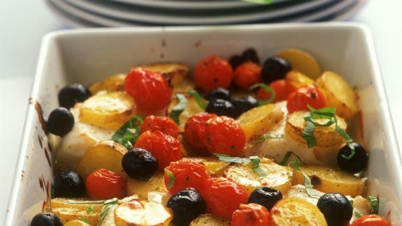 Rezept: Kartoffel-Kabeljau-Gratin mit Kirschtomaten und Oliven
