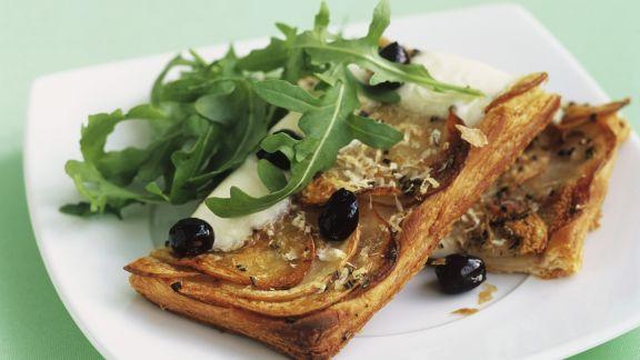 Rezept: Kartoffel-Rosmarin-Schnitten mit Büffelmozzarella und Oliven