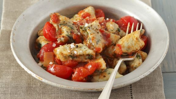 Rezept: Kartoffel-Spinat-Nocken mit Tomatensugo