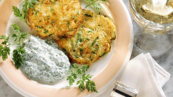 Rezept: Kartoffel-Zucchini-Küchlein mit Kräuterjoghurt