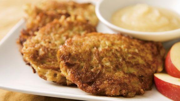 Rezept: Kartoffel-Zwiebel-Rösti mit Apfelmus