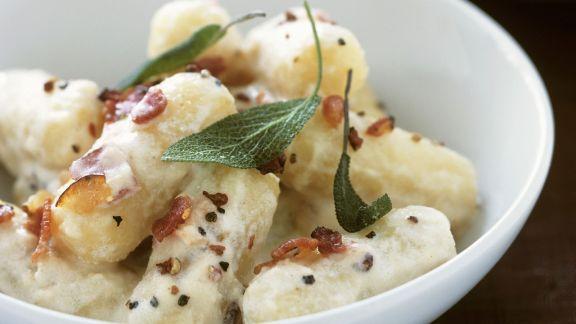 Rezept: Kartoffelgnocchi mit Salbei und Schinken