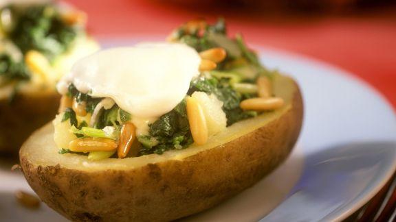 Rezept: Kartoffeln gefüllt mit Mozzarella, Spinat und Pinienkernen