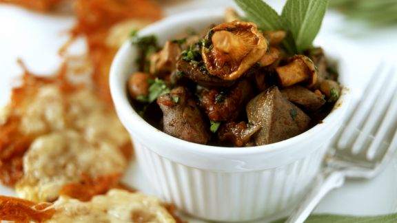 Rezept: Kartoffelpuffer mit Pilz-Hähnchenleber-Ragout