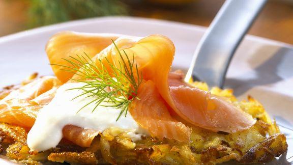 Rezept: Kartoffelrösti mit geräucherten Lachs und Meerrettichsoße