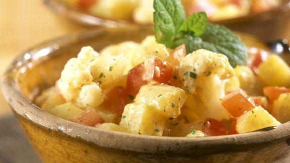 Rezept: Kartoffelsalat auf indische Art mit Blumenkohl und Tomaten