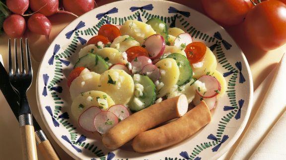 Rezept: Kartoffelsalat mit Gemüse und Wiener Würstl
