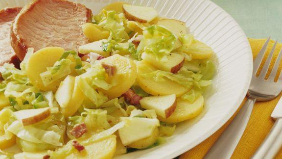 Rezept: Kartoffelsalat mit Spitzkohl und Apfel dazu Kasseler