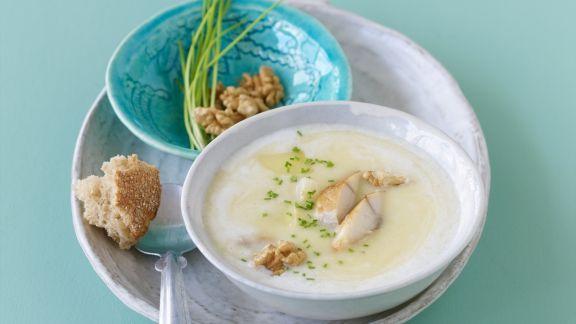 Rezept: Kartoffelsuppe mit geräucherter Makrele und Walnusskernen