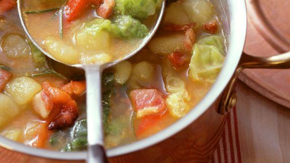 Rezept: Kartoffelsuppe mit Speck und Wirsing