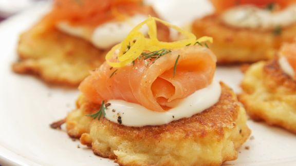 Rezept: Kartoffeltörtchen mit saurer Sahne und geräuchertem Lachs