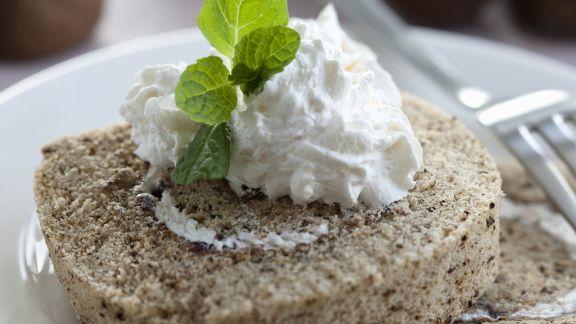 Rezept: Kastanien-Biskuitrolle mit Sahne