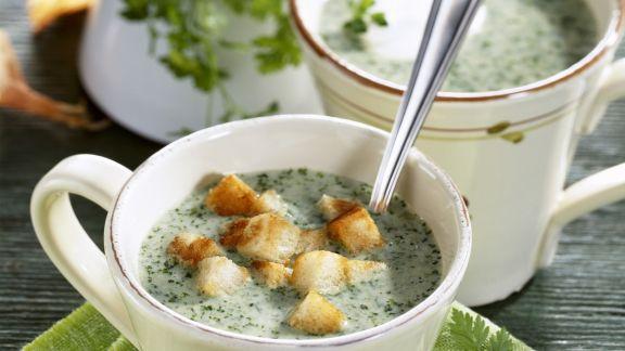 Rezept: Kerbelsuppe mit Weißbrotwürfeln