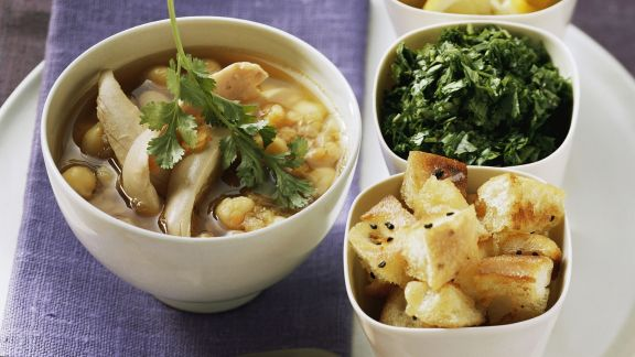 Rezept: Kichererbsen-Geflügel-Suppe dazu Fladenbrot, Kräuter und Zitrone