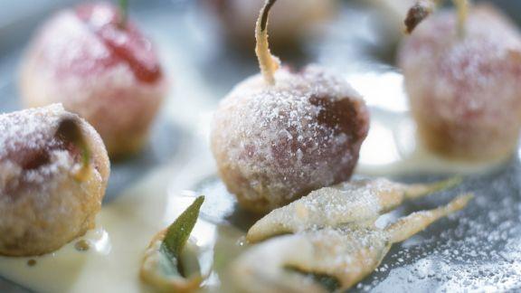 Rezept: Kirschen und Salbei im Backteig mit Vanillesoße