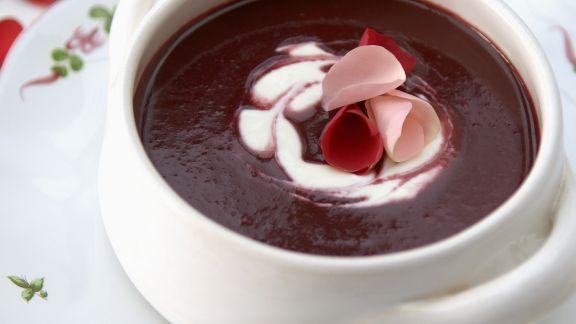Rezept: Kirschkaltschale mit Rosenblättern
