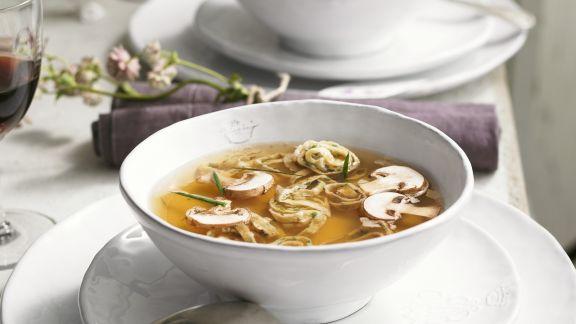 Rezept: Klare Pilzbrühe mit Pfannkuchenstreifen