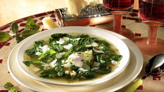 Rezept: Klare Spinatsuppe mit Mozzarella