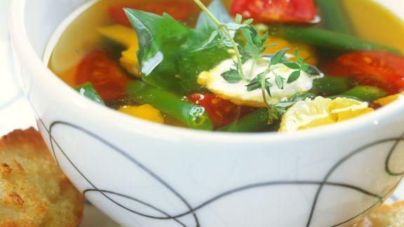 Rezept: Klare Suppe mit Gemüse und Aioli