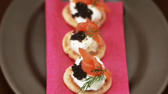 Rezept: Kleine Buchweizenpfannkuchen mit Sahnemeerrettich, geräuchertem Lachs und Kaviar
