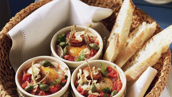 Rezept: Kleine Eierpfannen mit Kapern und Tomaten dazu Weißbrot