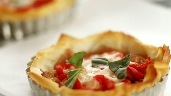 Rezept: Kleine Filotartes mit Paprika und Mozzarella