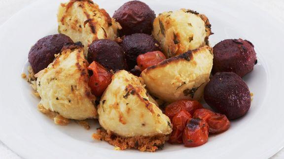 Rezept: Kleine gebackene Rote Bete Knollen mit Parmesan-Kartoffeln