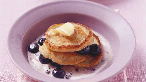 Rezept: Kleine Müsli-Pfannkuchen mit Heidelbeeren