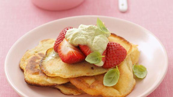 Rezept: Kleine Pfannkuchen mit Basilikumcreme und Erdbeeren