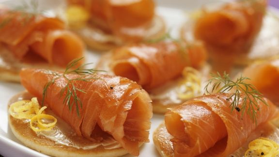 Rezept: Kleine Pfannkuchen mit geräuchertem Lachs