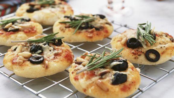Rezept: Kleine Pizzen mit Anchovis, Oliven und Rosmarin