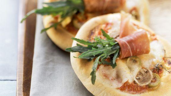 Rezept: Kleine Pizzen mit Rucola und Schinken