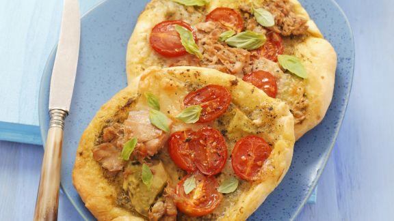 Rezept: Kleine Pizzen mit Thunfisch, Mozzarella und Pesto